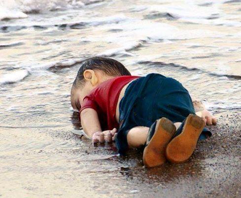 Ein Flüchtlingskind aus Syrien welches mit dem Boot versucht hatte zu fliehen ist durch versinken des Bootes an Strand gelandet.
