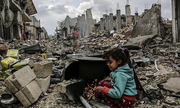 Kurdisch Syrische Mädchen in Kobane in einem zerbombten Trümmerfeld
