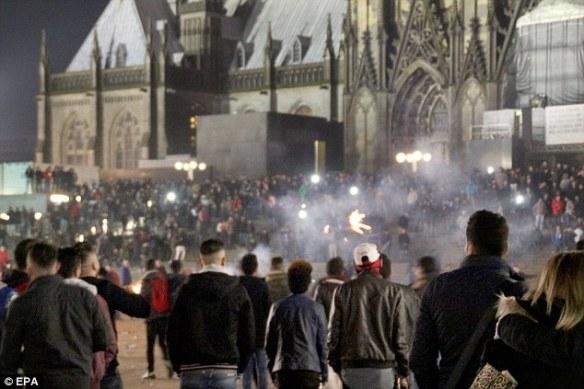 Bildquelle: EPA Massen von Menschen versammelten sich außerhalb des Kölner Hauptbahnhofs in Köln, am 31. Dezember, wobei mehr als 120 Frauen am Silvesterabend angegriffen wurden.
