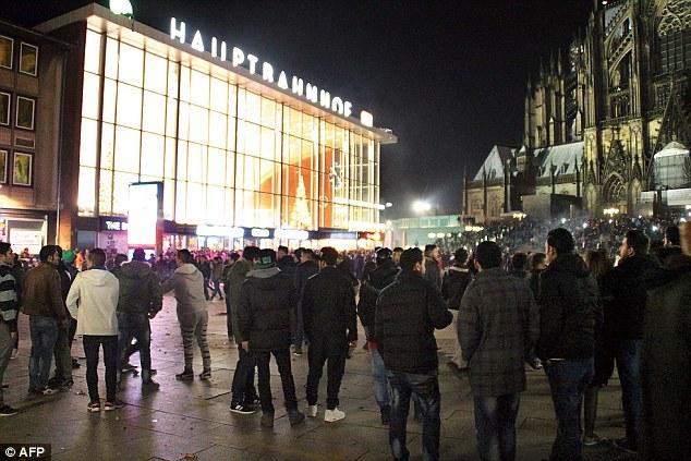 Bildquelle: AFP Massen von Menschen versammelten sich vor dem Hauptbahnhof in Köln, , am Silvesterabend