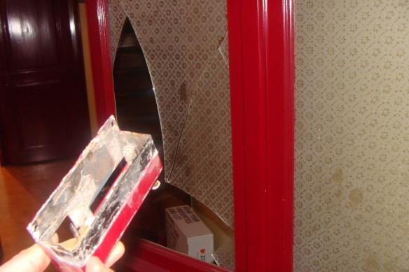'Die zweite Türe im Eingang, die von der Spezialeinheit demoliert wurde'.