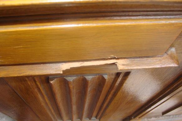 'Die beschädigte Eingangstüre von Dorins Haus'