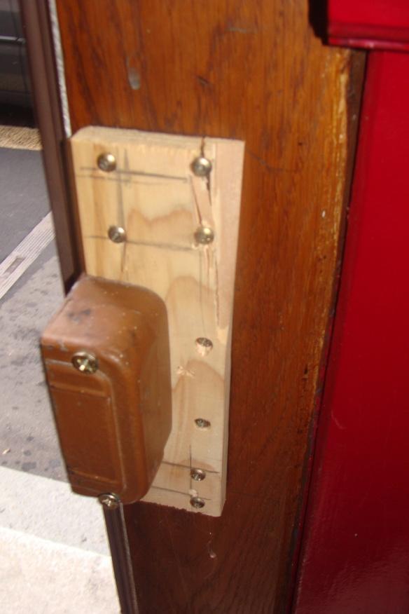 'Das von den Hausbewohnern improvisiert reparierte Türschloss'