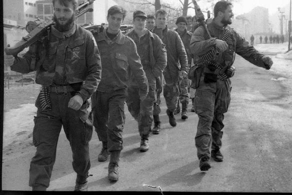 Kämpfer der 28. Division der bosnisch-muslimischen Armee aus Srebrenica. Rechts im Bild: Naser Orić