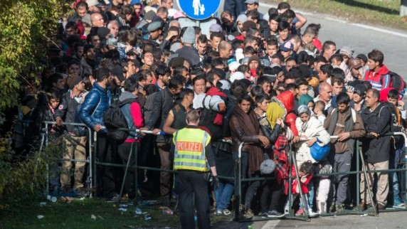 viele-fluechtlinge-ein-polizist-die-von-der-fluechtlingskrise-betroffenen-laender-haben-sich-neben-anderen-massnahmen-auf-bessere-grenzkontrollen-geeinigt